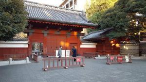 Photo: Akamon Gate was constructed in 1827 by Nariyasu Maeda, 12th Lord of the Kaga, to welcome Lady Yasu, a daughter of the 11th shogun of the Tokugawa Shogunate, as his bride and was registered as a National Treasure before World War II. At the end of the Meiji period, Akamon was dismantled and reconstructed in its current location of The University of Tokyo, Hongo Campus.
